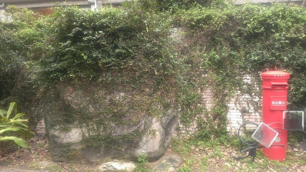 金山國小-校園無名巨石及郵筒裝飾.jpg