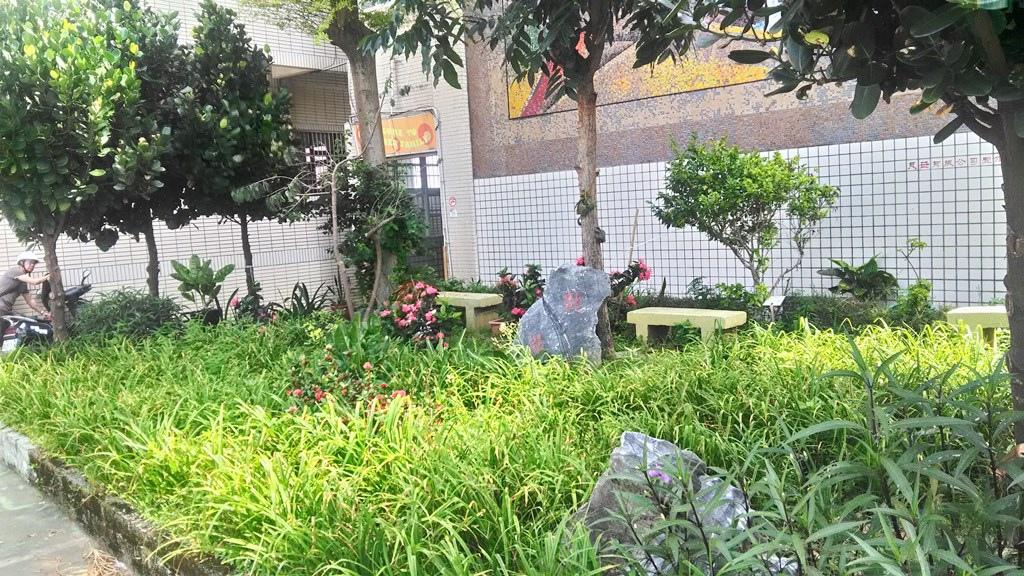 石門國小-花園内的勤學石碑.jpg