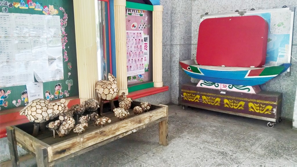 金美國小-穿堂木器裝飾.jpg