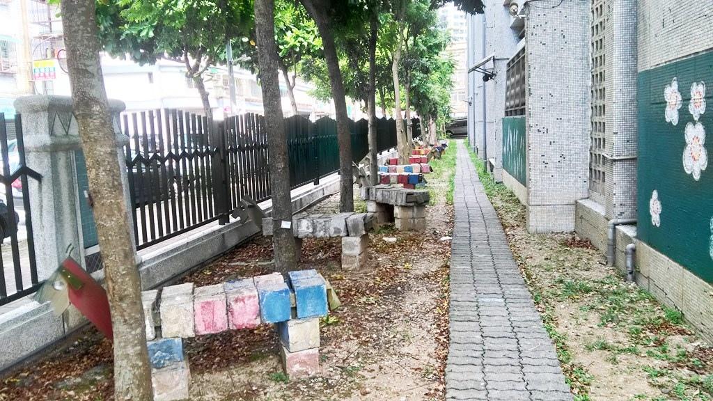 金美國小-走道旁的木馬石頭造型.jpg