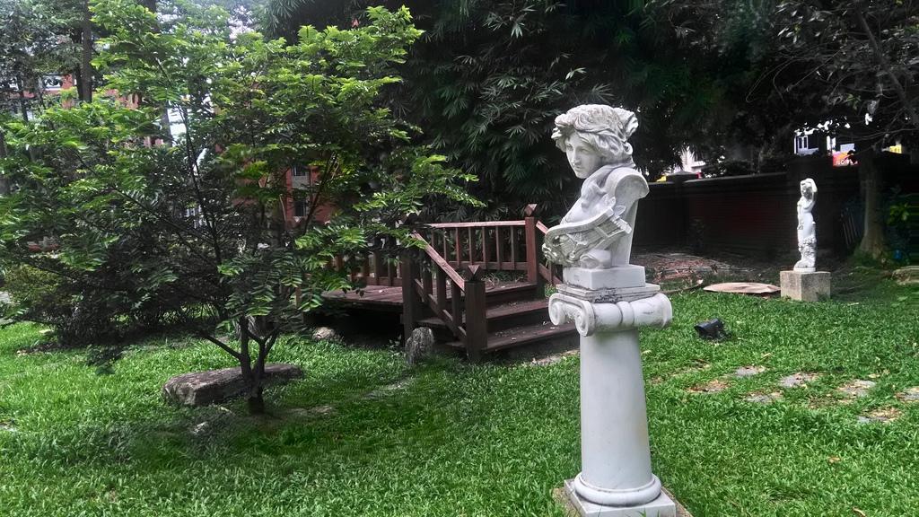 臺北教大-校園歐式雕像.jpg