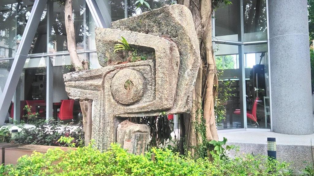 臺藝大-畢業生捐贈塑像1971.jpg