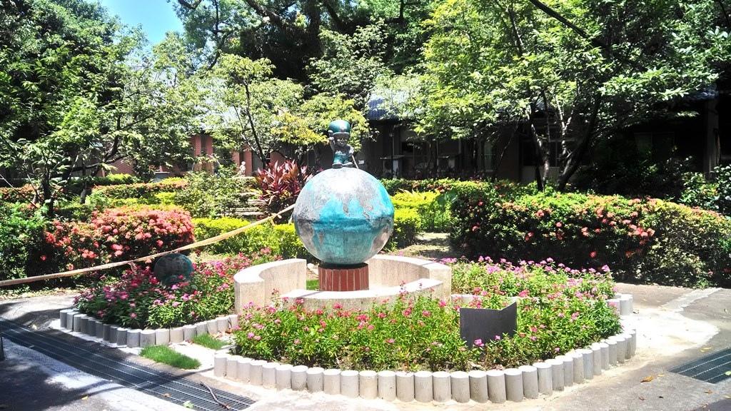 大同大學-花園地球儀上的大同寶寶.jpg