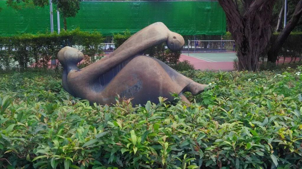 臺北青年公園-塑像母與子.jpg