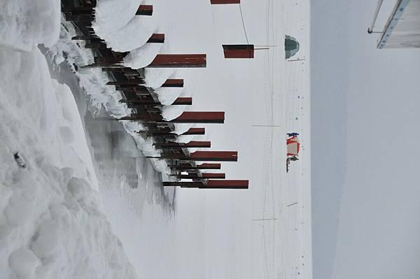 本來是乘船碼頭的,現在在冰上。