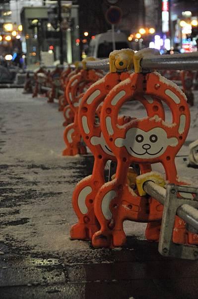 可愛的猴子路擋
