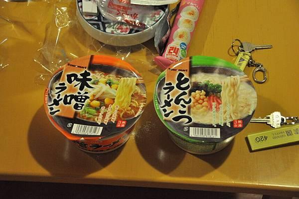 晚上去超商買了2碗北海道限定的拉麵回來啃,還蠻好吃的