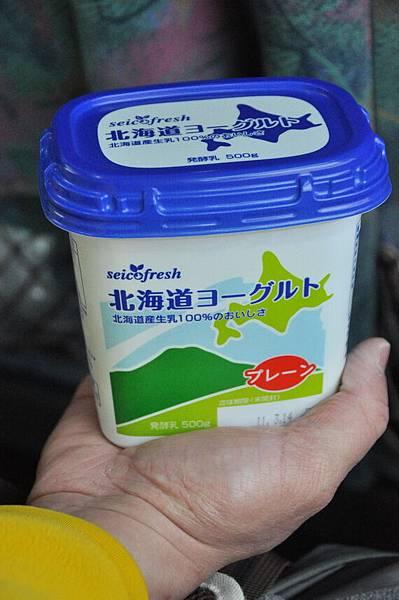 回到車上還有一個昨晚買的北海道優格,好吃! 可是吃不下了....