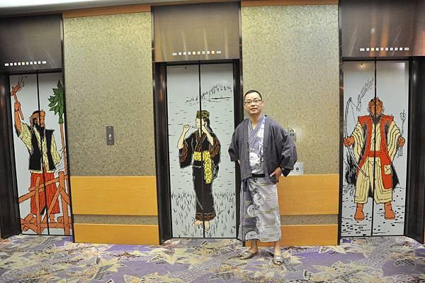 電梯門上的是北海道愛奴人的圖像