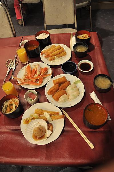 第一餐是日本料理吃到飽,第一次吃到長腳蟹,不錯吃。