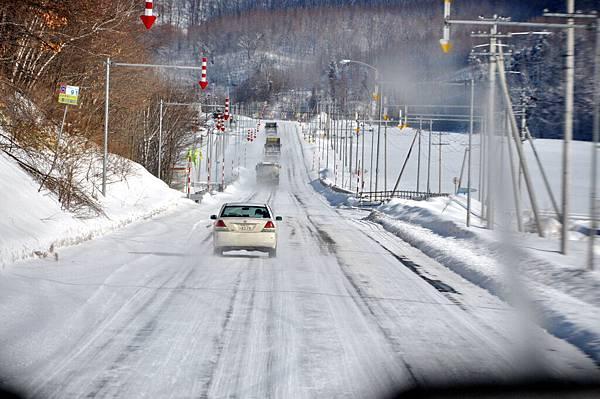 聽說像這樣路面有冰時很容易打滑出車禍。