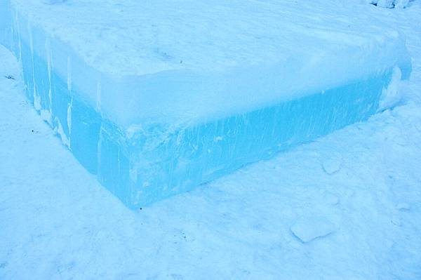 來看看,湖水就是像這樣結凍了