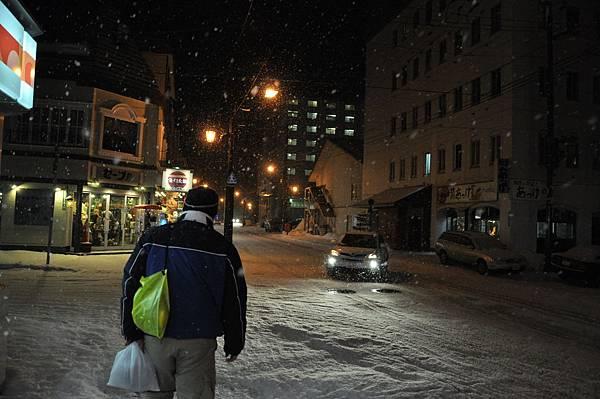 夜晚的商店街道,準備踏雪尋霉...