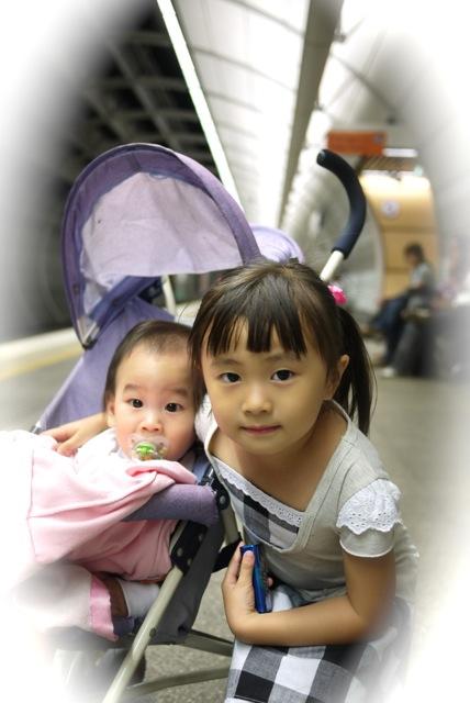 汝與緯在車站.jpg