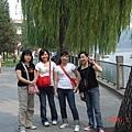 我們四個在楊柳樹下合影.JPG
