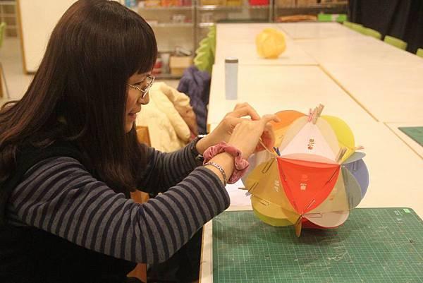 105%2F01%2F18 志工培訓課程-七彩手工紙花燈製作