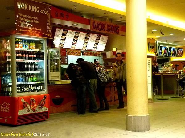 車站內賣中國菜...老闆看起來是香港人