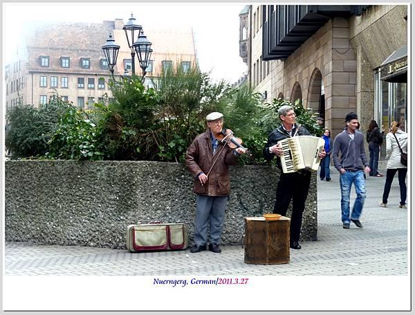 路邊的街頭藝人,演奏著我沒聽過的曲目