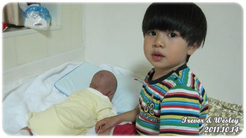 111014-媽媽,弟弟在吃手.JPG