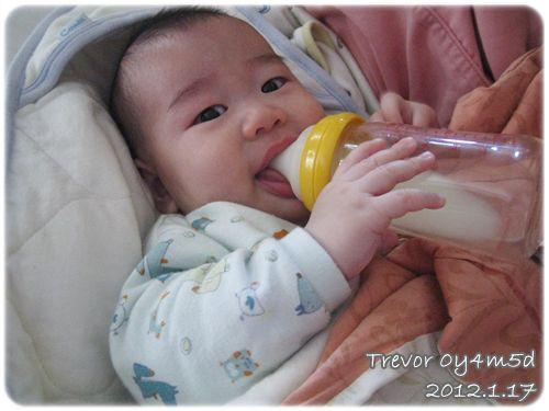 120117-自己拿奶瓶喝奶