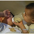 120211-哥哥喝奶我啃奶瓶