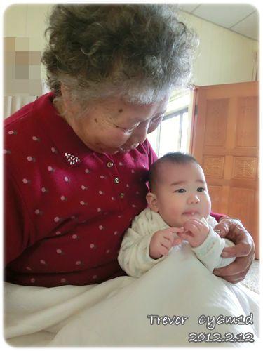 120212-阿祖也愛看兔寶啃餅干