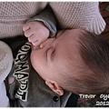 120212-在別人媽媽的懷裡熟睡