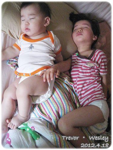 120418-沈睡中的兩寶 (1)