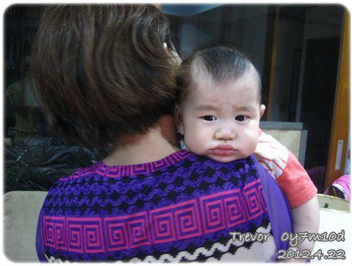 120422-喜歡趴在奶奶肩膀