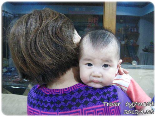 120422-喜歡趴在奶奶肩膀 (1)