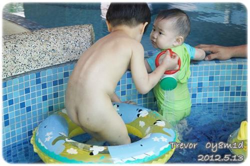 120513-一對寶一起玩水