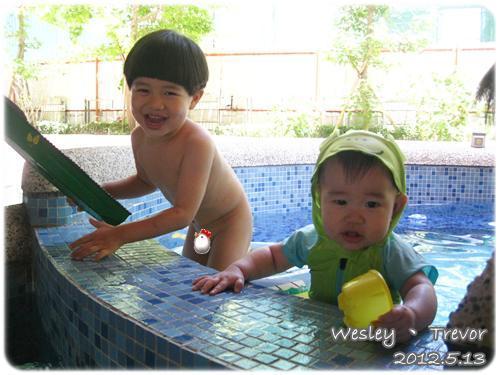 120513-一對寶一起玩水 (1)