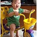 120606-小短腿也想騎三輪車-1