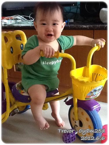 120606-小短腿也想騎三輪車
