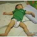 120627-嬰兒的豪邁睡姿 (1)