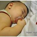 120701-含著奶嘴睡著
