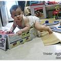 120704-哥哥玩玩具我爬玩具盒