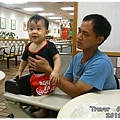 120812-在麥當勞看哥哥玩耍中