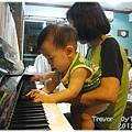 120813-有模有樣彈琴中