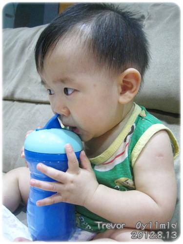 120813-第一次擁自己的水杯喝水 (1)