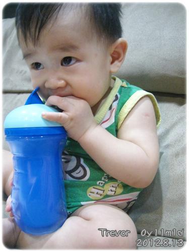 120813-第一次擁自己的水杯喝水 (2)
