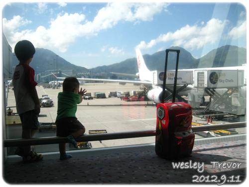 120911-和哥哥在香港機場等候中 (1)