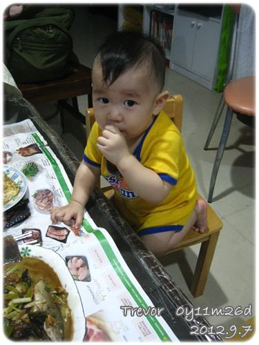 120907-爬上桌吃飯