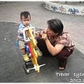 121028-和外婆在公園玩耍