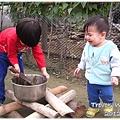 121207-有哥哥在小幫手只能哭著等著下廚的機會