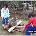 121207-哥哥燒柴火弟弟煮飯 (1)