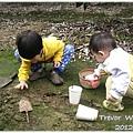 121208-一對寶挖土趣