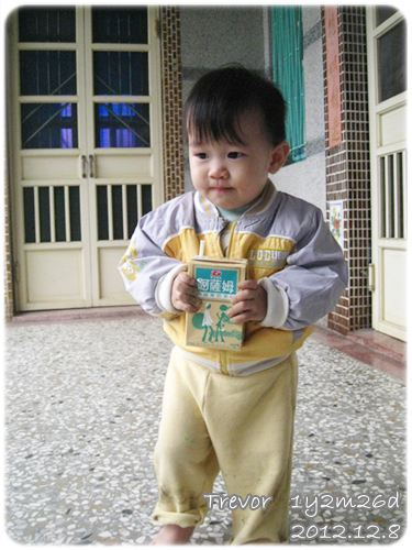 121208-兔寶喝下生平第一瓶奶茶