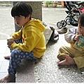 121208-兩個剛從田裡回來的孩子幸福地喝著阿祖賞的奶茶