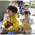 121208-兩個剛從田裡回來的孩子幸福地喝著阿祖賞的奶茶 (1)